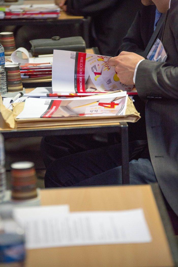 un administrateur consulte le rapport financier de l'ANFH