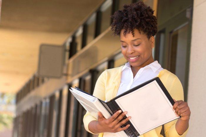 Photo d'une femme lisant un dossier administratif