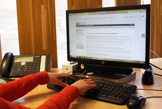 une utilisatrice consulte la plateforme des achats de l'ANFH